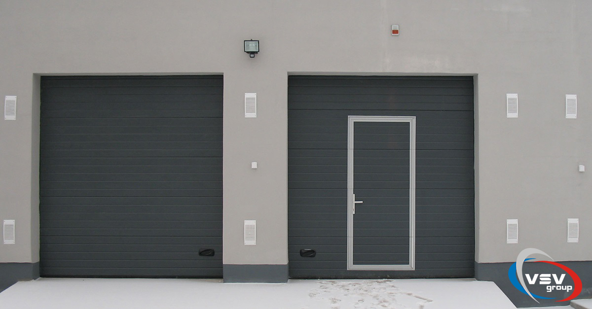 Гаражные секционные ворота с калиткой - фото | Компания ВСВ-Групп