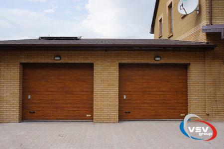 Секционные ворота Classic 3000х2250 с сэндвич-панелью S-гофр в цвете золотой дуб - фото - продукция компании ВСВ-Групп