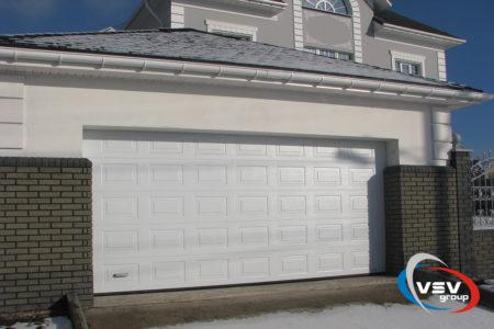 Гаражные секционные ворота Classic 3750х2250 с сэндвич-панелью филёнка в белом цвете - фото - продукция компании ВСВ-Групп